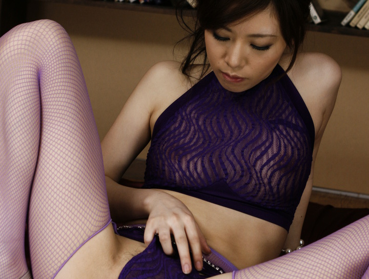 Asian cougar works herself up for a threesome
