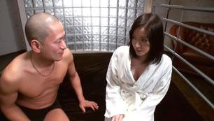 Pussy licking for hot MILF Ari Ariga from her hot guy